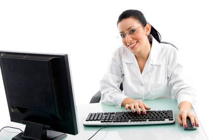doktor_v_ochkah_za_kompjuterom