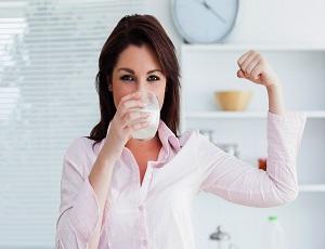 white-woman-drinking-milk